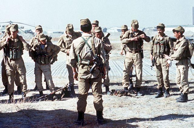 Советская группа СпН готовится к выходу на задание. Афганистан, 1988.