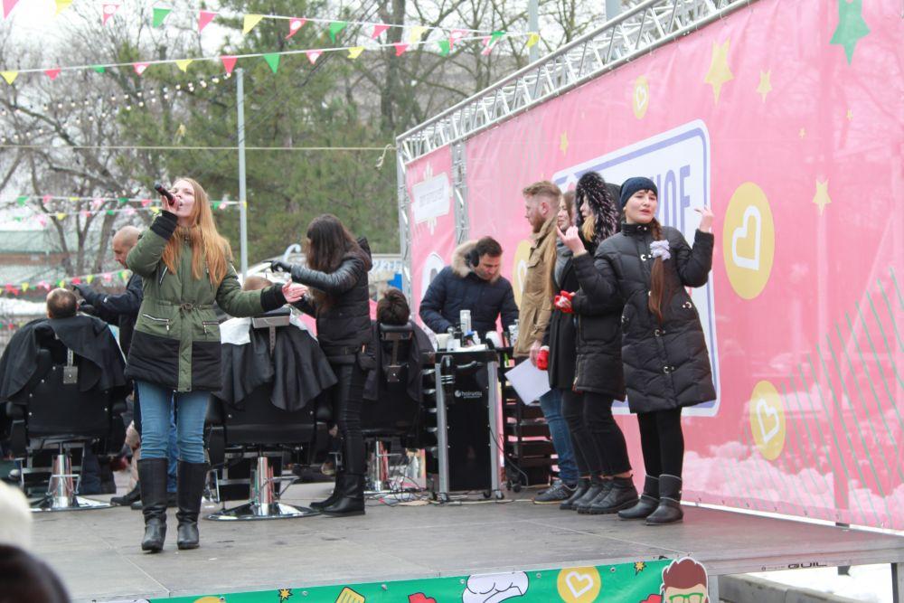 В программе праздника было выступление народной вокальной группы, беспроигрышная лотерея, конкурсно-игровая программа «Молодецким потехам зима не помеха!»
