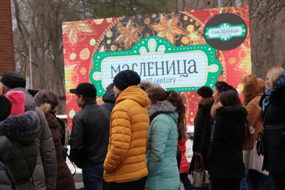 Каждый район города представил для посетителей: интерактивную программу, угощение блинами, чаем, выставку народно-прикладного творчества.