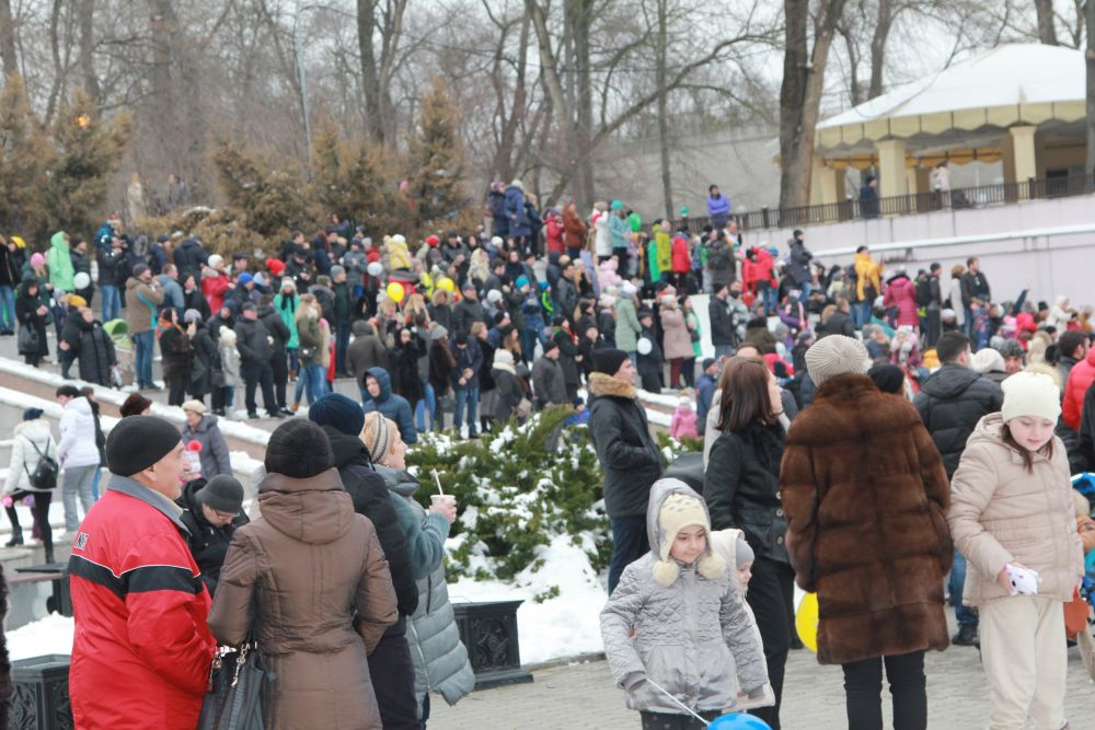 Тысячи ростовчан собрались на Фонтанной площади.