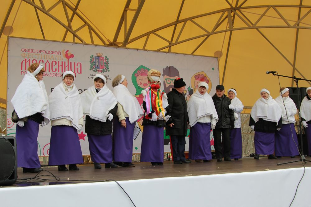 В Ростове-на-Дону тысячи горожан отмечали масленицу на площади около фонтана.