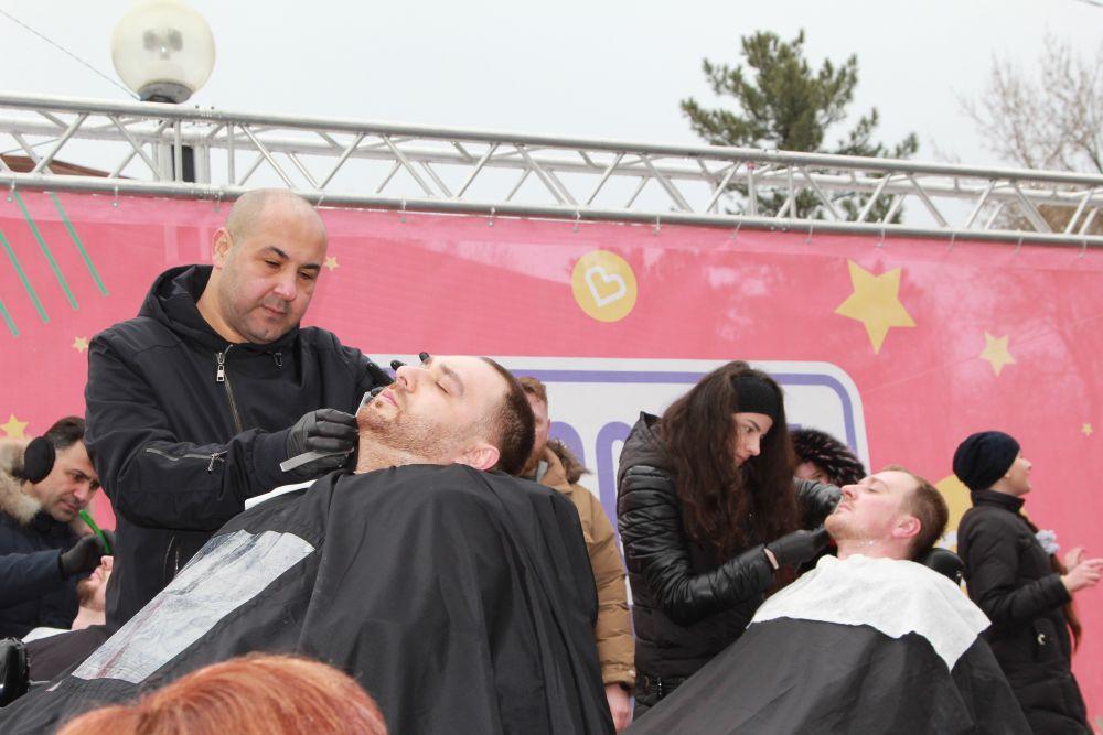 В Парке культуры и отдыха им. Октябрьской революции прошло Театрализованное представление «Широкая масленица». На фото: мастер-класс по бритью бород.