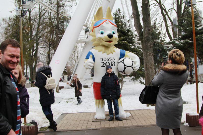 Популярным на празднике был и талисман чемпионата мира по футболу, матчи которого пройдут летом в Ростове.