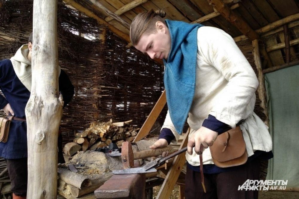 В деревне есть кузница, здесь работают гончары и плотники.