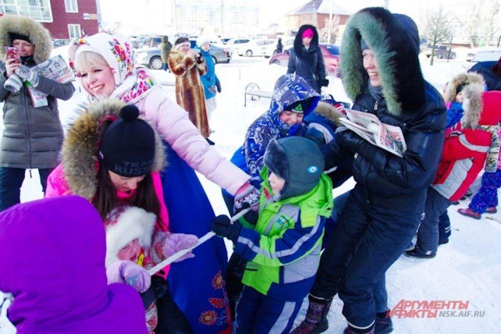 Тем временем, мамы вместе с ребятишками участвовали в конкурсах по заплетанию гигантских кос.