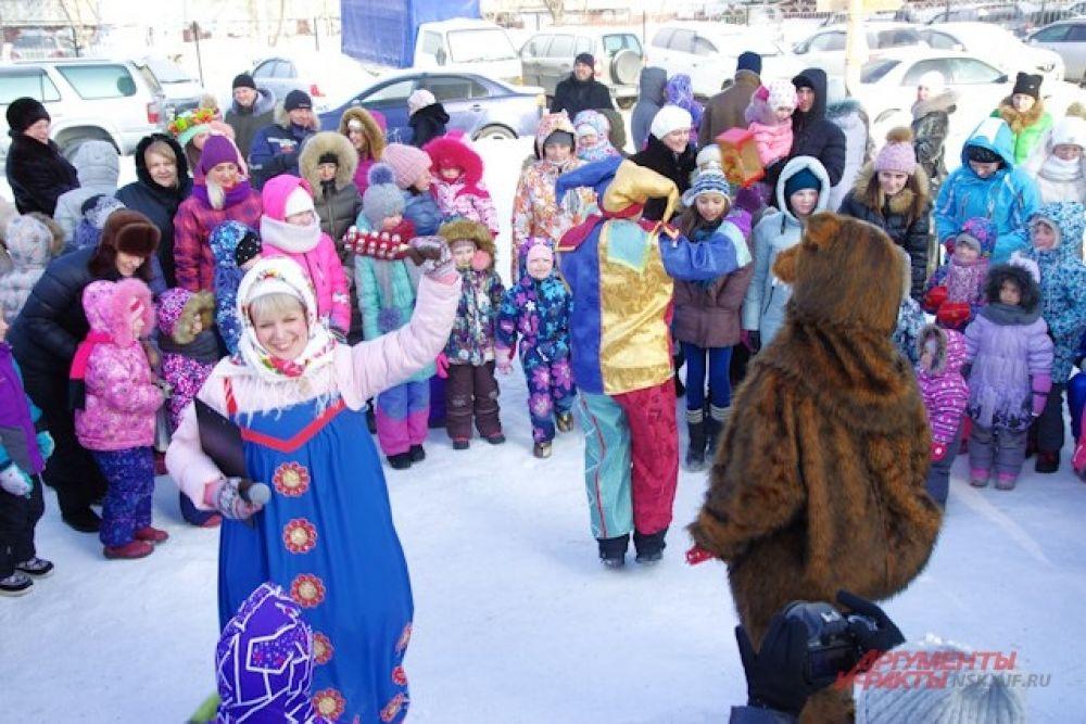 Чтобы никто не замерз, группа компаний «SKY GROUP» вместе с редакцией газеты «Аргументы и Факты» и ЖЭК «Левобережная», а также партнерами устроили жаркие танцы и интересные конкурсы.