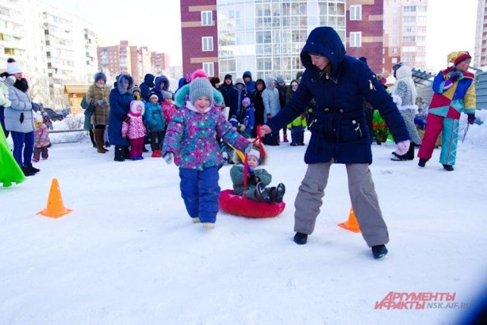 Всем детям и родителям понравился конкурс по урокам вождения - каждый взрослый должен был прокатить свое чадо на зимней плюшке, не коснувшись ограничительной линии.