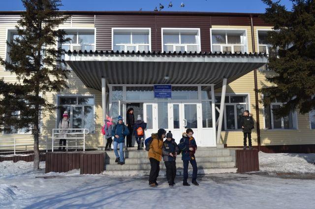 Вход Калманской школы оборудован пандусом