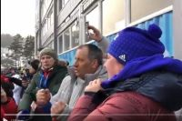 Георгий грец (в центре) болеет за лыжников из России.