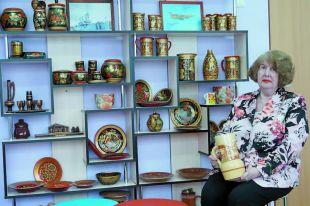 Нина Павловна всё до мелочей продумывала в своём рабочем кабинете и «копейке» счёт вела. Сложно поверить, что на этом стеллаже – только старая посуда, которая благодаря росписи мастериц обрела новую жизнь.