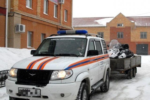 Спасатели на автомобиле и снегоходе обследовали территорию поиска.