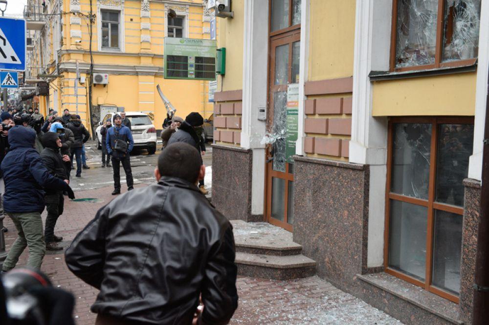 Радикалы громят здание «Сбербанка» в Киеве.