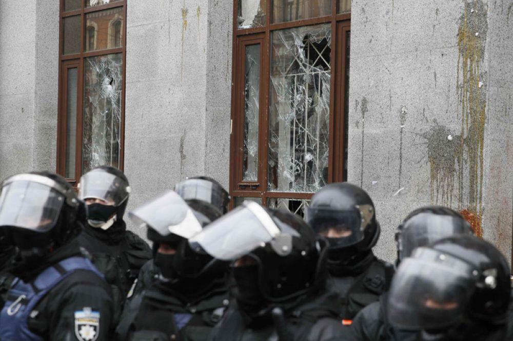 Сотрудники правоохранительных органов у здания Россотрудничества в Киеве, где проходит антироссийская акция радикалов.