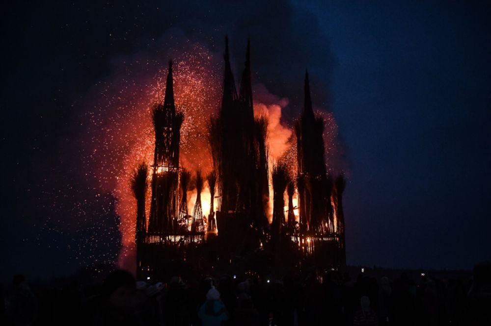 Сожжение арт-объекта «Пламенеющая готика» на праздновании Масленицы в арт-парке Никола-Ленивец Калужской области.