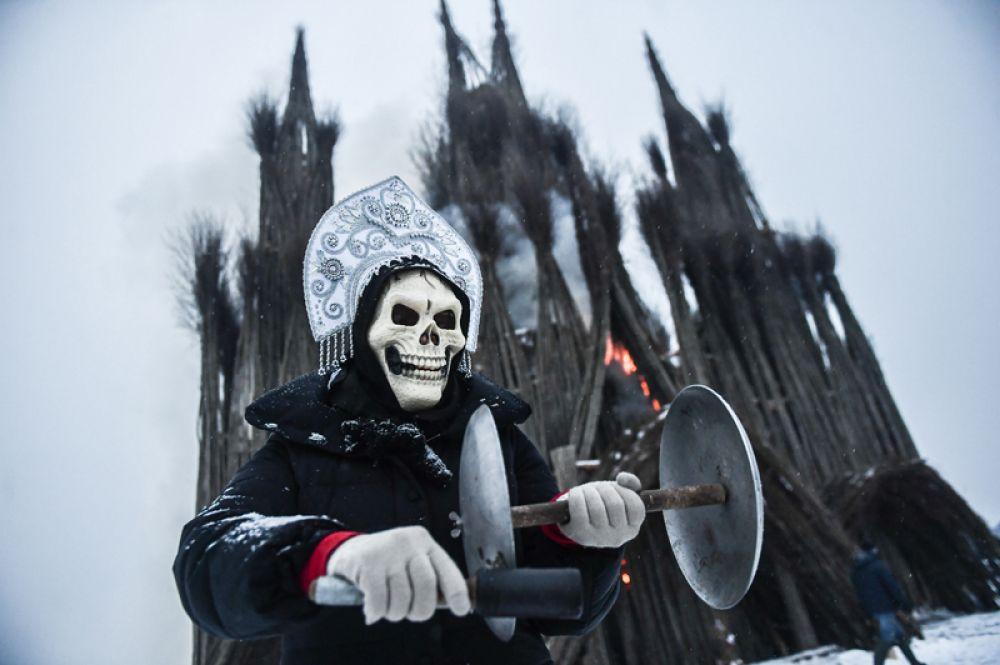 Ряженый на праздновании Масленицы в арт-парке Никола-Ленивец Калужской области.