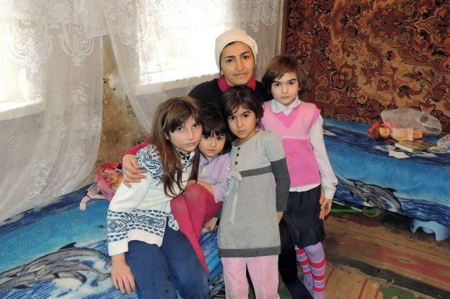 Люсине Исаева с дочерями.