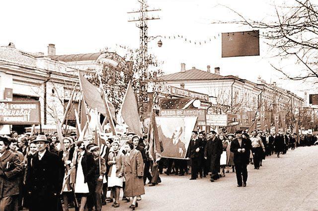 После 1954 года лозунги для демонстраций писали на двух языках.