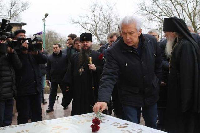 Врио руководителя Дагестана возложил цветы кместу трагедии вКизляре
