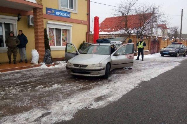 1722ab18fa31 Однако 59-летний дежурный не растерялся и нажал тревожную кнопку –  нападавшие скрылись на авто, но недалеко. Полиция задержала их через два  часа в баре села ...