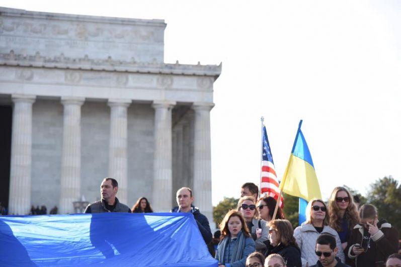 В центре американской столицы, возле Мемориала Линкольна, украинцы почтили память Героев Небесной Сотни.