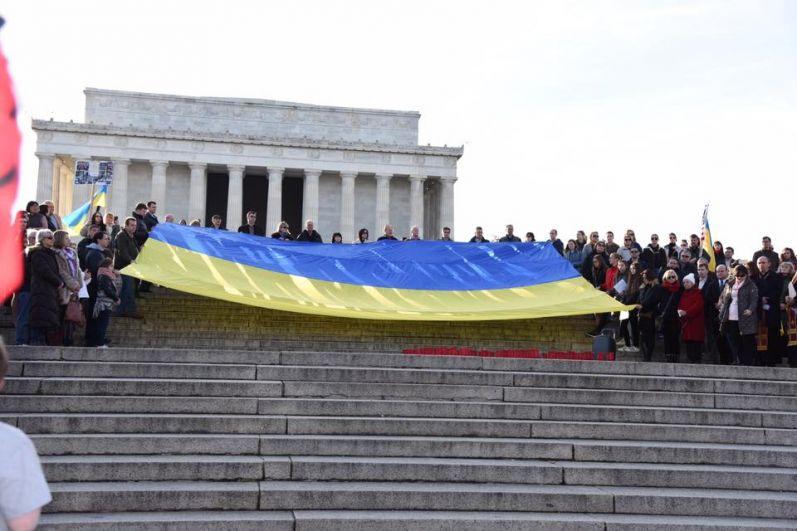 Церемония в Вашингтоне началась с исполнения песни «Плине кача», под которую провожали в последний путь погибших Героев с Майдана 4 года назад.