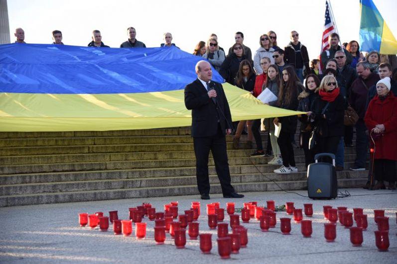 Церемония завершилась исполнением гимнов Украины и США и зажиганием поминальных свечей.