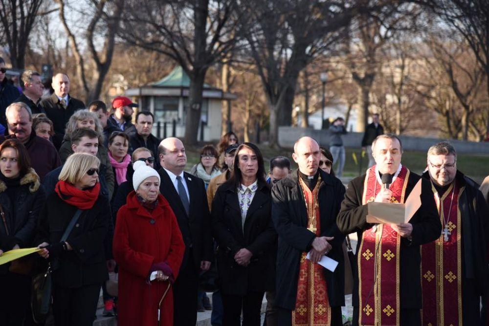 День героев Небесной сотни - памятная дата, установленная указом президента Петра Порошенко в 2015 году для увековечения событий Революции достоинства, которая длилась с ноября 2013 года по февраль 2014 года.