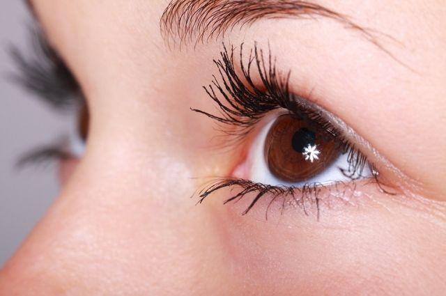 С возрастом кожа под глазами растягивается, из-за чего и появляются мешки.