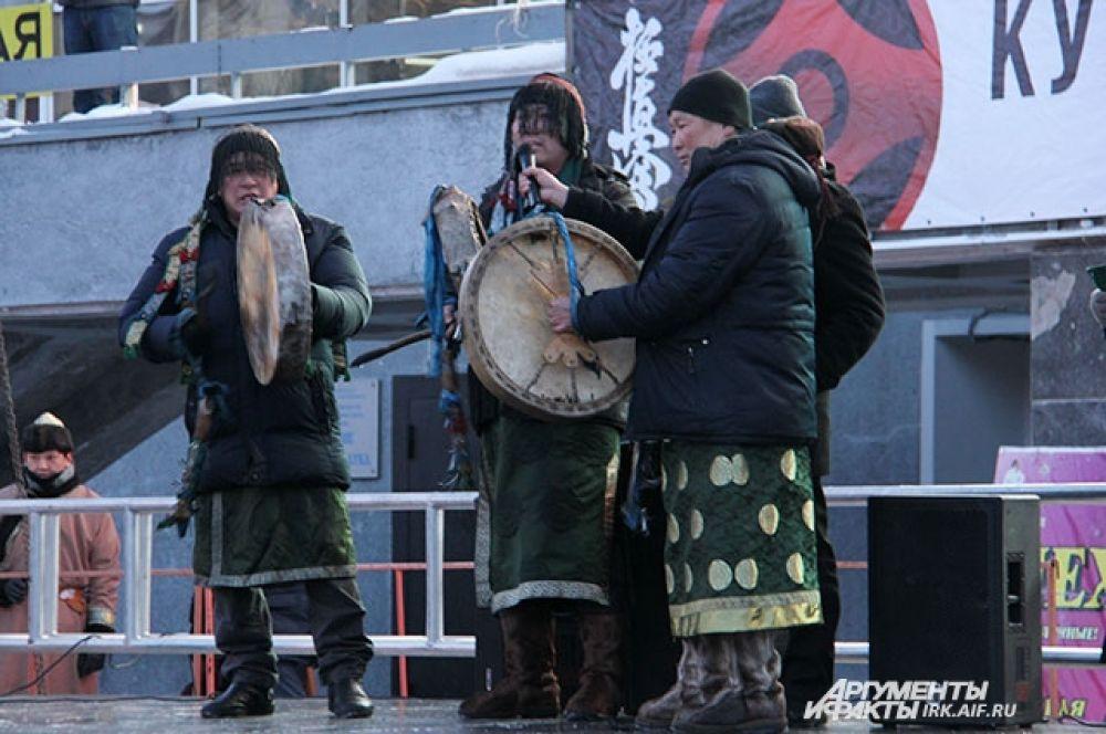 Ритм танца поддержали бурятские шаманы.