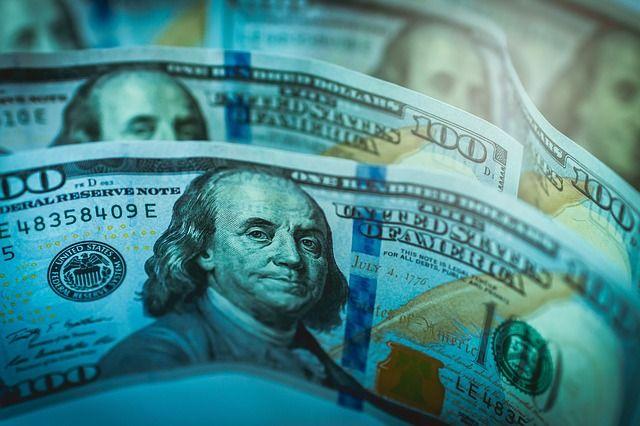 Рубль с утра незначительно меняется к доллару и евро
