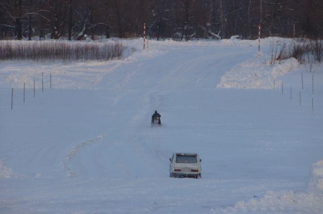 Водители рисковали жизнью, передвигаясь по незаконной ледовой переправе.