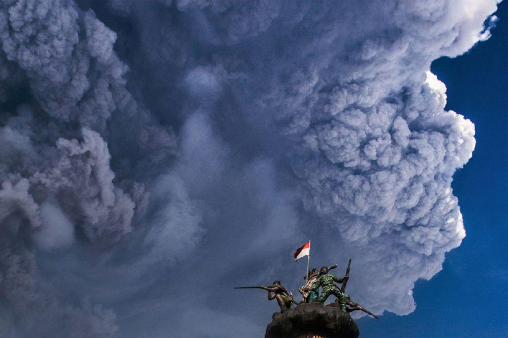 Извержение вулкана Синабунг, вид из города Брастаги в провинции Каро, Северная Суматра, Индонезия.