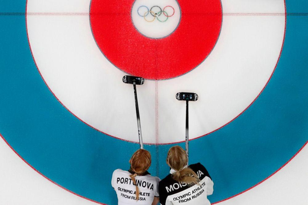 Российские керлингистки Юлия Портунова и Виктория Моисеева на соревнованиях в Пхенчхане.