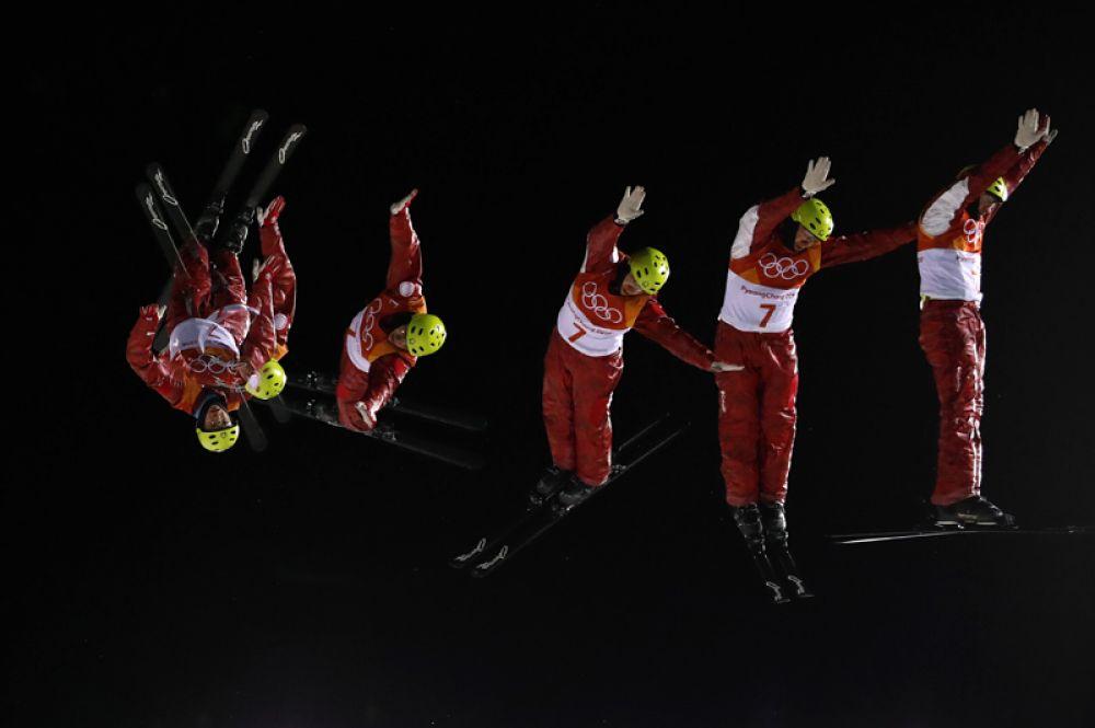 Российский лыжник Илья Буров выступает на зимних Олимпийских играх в Пхенчхане. Снимок сделан с использованием нескольких экспозиций.
