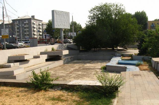 Предполагалось, что на этом месте появится не только фонтан, но и ресторан с красивыми площадками и террасами.