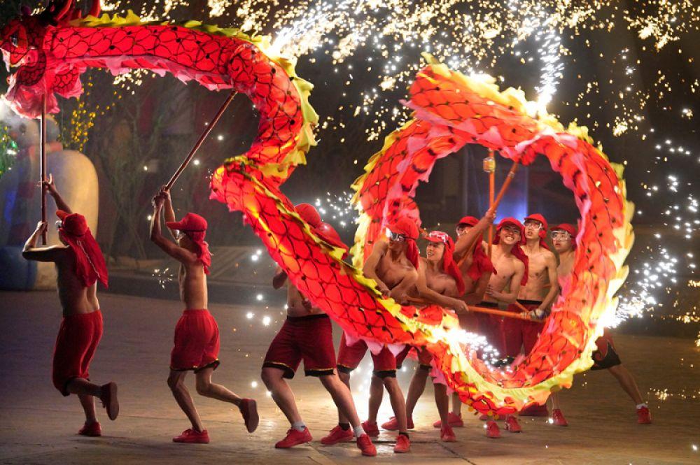 Артисты во время традиционного представления в честь китайского Нового года, Пекин, Китай.