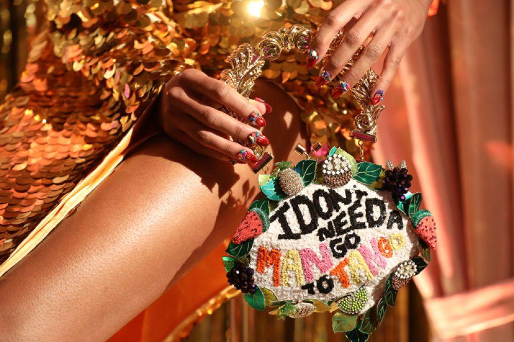 Модель во время показа дизайнера Софии Вебстер на Лондонской неделе моды, Великобритания.