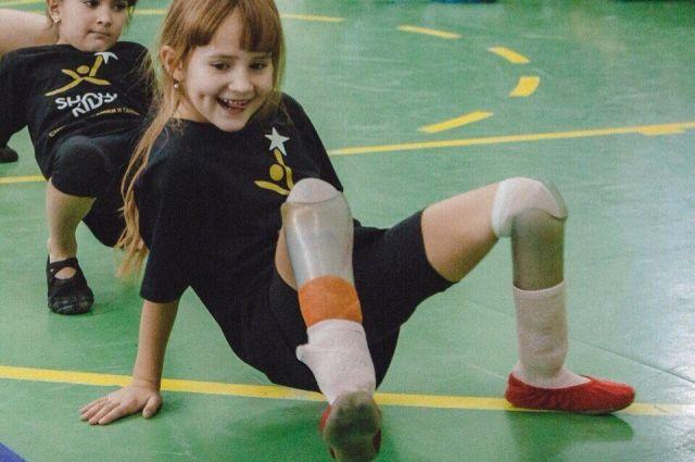 Сейчас Ксюша занимается ритмикой, хореографией и акробатикой.
