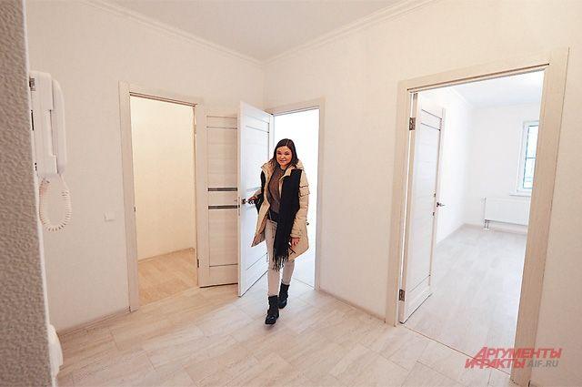 В квартирах всё светлое: двери, окна, плитка, ламинат. А какого цвета будут стены, хозяева решат сами - они оклеены обоями под покраску.