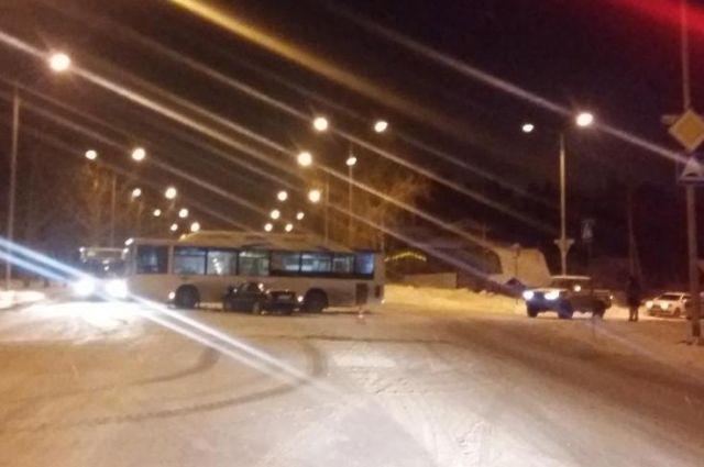 По предварительным данным, водитель автобуса не уступил дорогу иномарке.