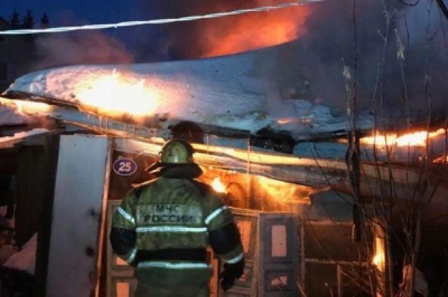 Пожарные вынесли 80-летнюю пенсионерку изохваченного пламенем дома