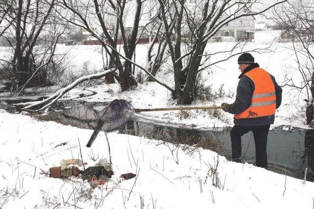 От мусора и кустарника очищают даже небольшие ручьи.