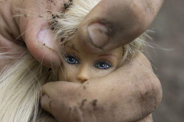 Мужчина завёл ребёнка в заброшенный дом, стоящий неподалёку. Там он изнасиловал несовершеннолетнюю.
