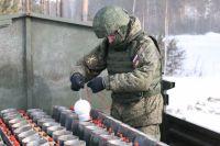 Подготовка военных к праздничному фейерверку