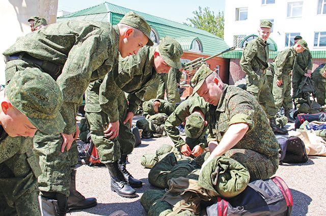 Новобранцев перед отправкой в воинскую часть полностью экипируют.