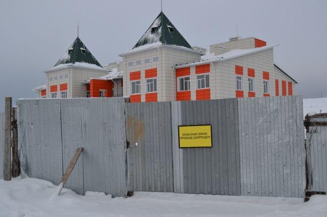 Хотя всю внутреннюю отделку строители завершили, чиновники не дают никаких гарантий, что садик примет детей в сентябре.
