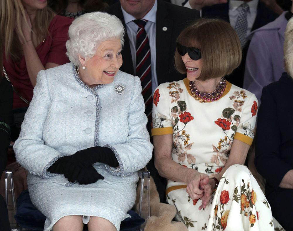 Королева Елизавета II и главный редактор Vogue Анна Винтур на показе дизайнера Ричарда Куинна на Лондонской неделе моды, Великобритания.