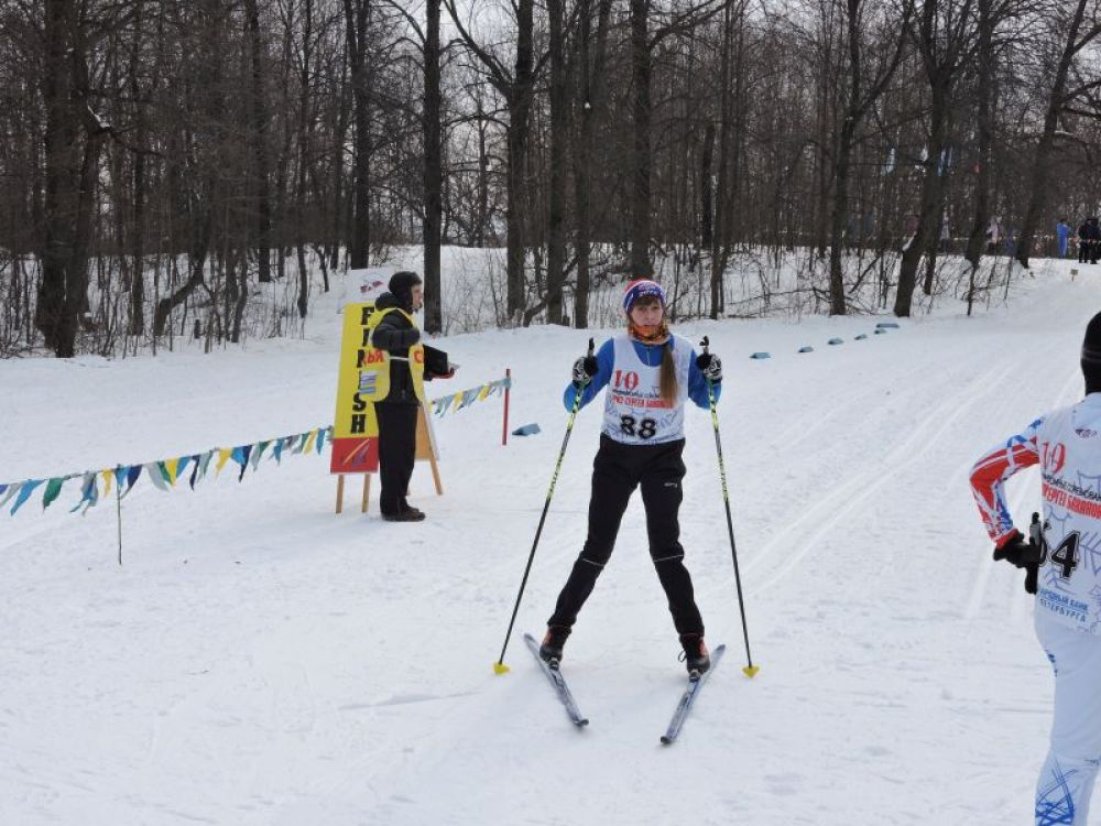 Финиширует лыжница из Барыша