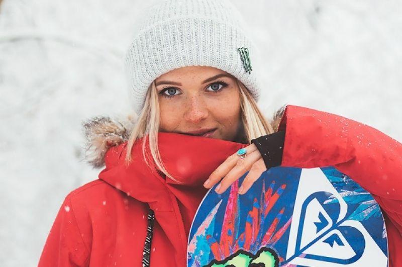 София Федорова - 19-летняя сноубордистка из России, несмотря на свой юный возраст, уже завоевала первые места на Спартакиадах, а также Чемпионате России. Сейчас она - мастер спорта, подтвердивший свое юниорское первенство в биг-эйр. И конечно, София - просто красавица.