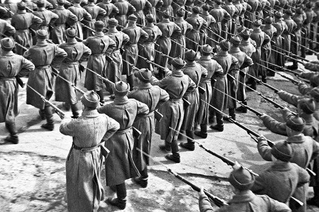 Празднование годовщины Великой Октябрьской социалистической революции. Пролетарская дивизия на Красной площади в Москве. 1930 г.